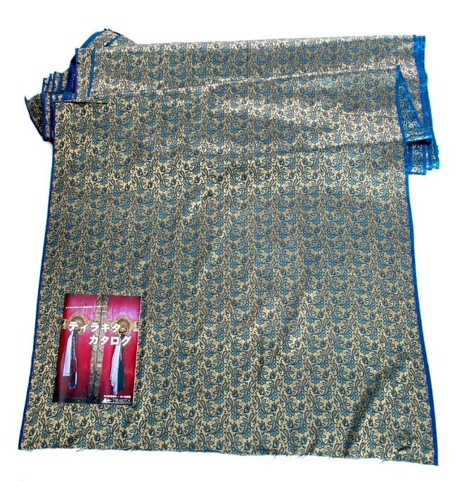 〔1m切り売り〕インドの伝統模様布〔93cm〕 - ゴールドとブルーの写真6 - 布を広げてみたところです。横幅もしっかり大きなサイズ。布の上に置かれているのはサイズ比較用の当店A4サイズカタログです。