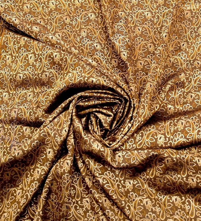 〔1m切り売り〕インドの伝統模様布〔99cm〕 - ブラウンの写真3 - 布をくるりと渦のようにしてみたところです。