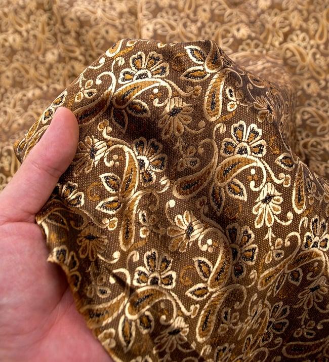 〔1m切り売り〕インドの伝統模様布〔99cm〕 - ブラウンの写真5 - このような感じの生地になります。手芸からデコレーション用の布などなど、色々な用途にご使用いただけます!