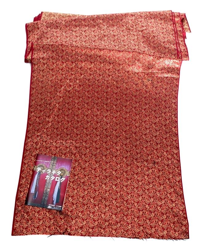〔1m切り売り〕インドの伝統模様布〔90cm〕 - 赤茶の写真6 - 布を広げてみたところです。横幅もしっかり大きなサイズ。布の上に置かれているのはサイズ比較用の当店A4サイズカタログです。