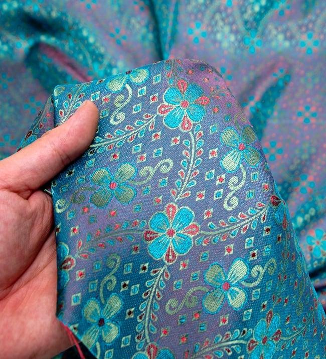 〔1m切り売り〕インドの伝統模様布〔113cm〕 - ブルーの写真5 - このような感じの生地になります。手芸からデコレーション用の布などなど、色々な用途にご使用いただけます!