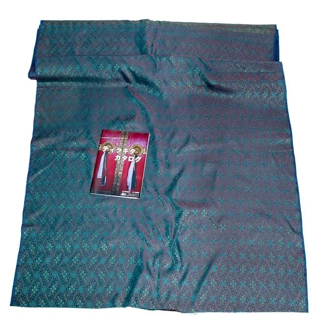〔1m切り売り〕インドの伝統模様布〔113cm〕 - ブルーの写真6 - 布を広げてみたところです。横幅もしっかり大きなサイズ。布の上に置かれているのはサイズ比較用の当店A4サイズカタログです。