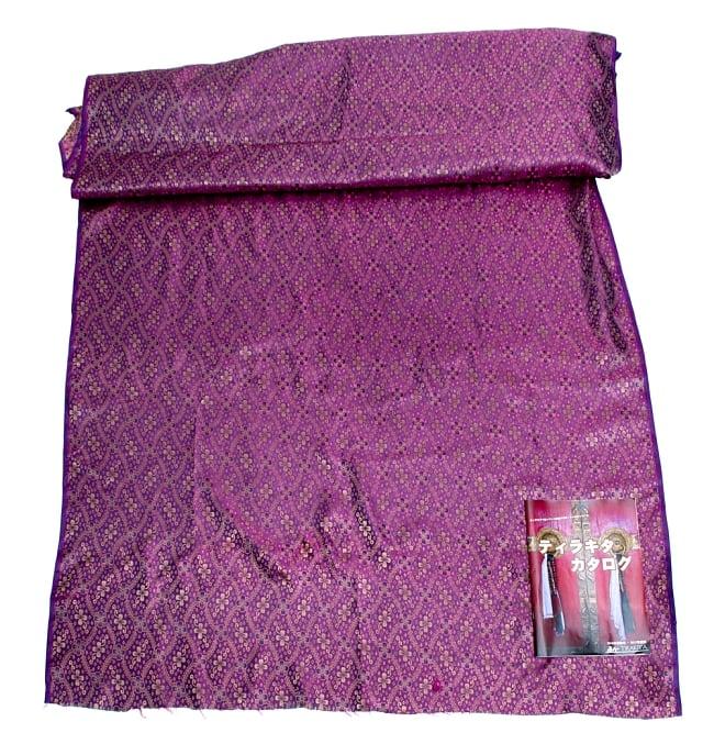 〔1m切り売り〕インドの伝統模様布〔113cm〕 - パープルの写真6 - 布を広げてみたところです。横幅もしっかり大きなサイズ。布の上に置かれているのはサイズ比較用の当店A4サイズカタログです。