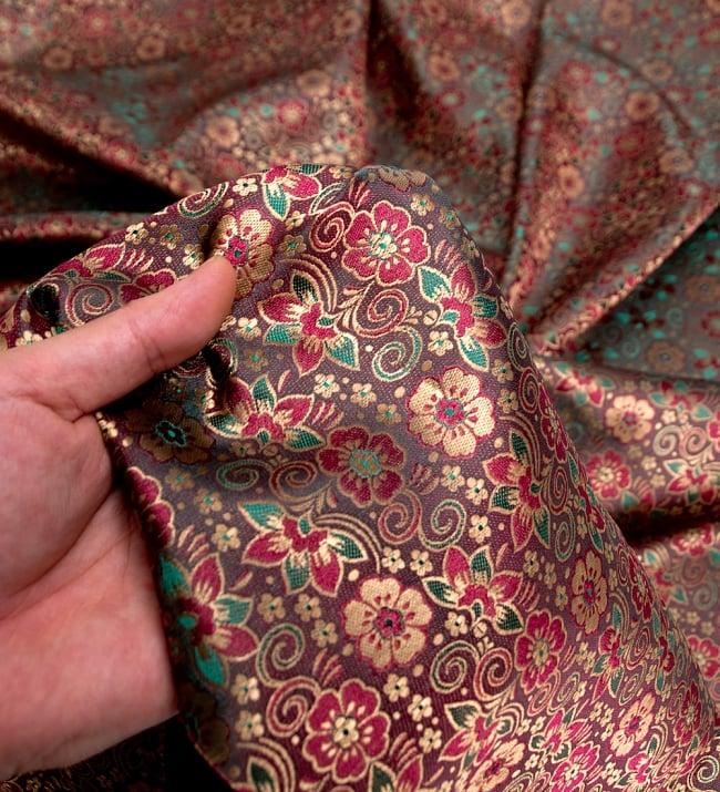 〔1m切り売り〕インドの伝統模様布〔114cm〕 - 焦げ茶の写真5 - このような感じの生地になります。手芸からデコレーション用の布などなど、色々な用途にご使用いただけます!