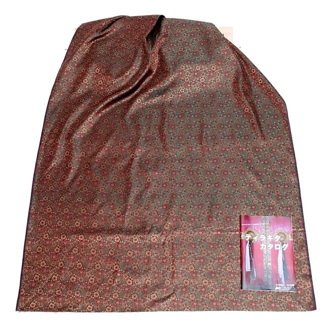 〔1m切り売り〕インドの伝統模様布〔114cm〕 - 焦げ茶の写真6 - 布を広げてみたところです。横幅もしっかり大きなサイズ。布の上に置かれているのはサイズ比較用の当店A4サイズカタログです。