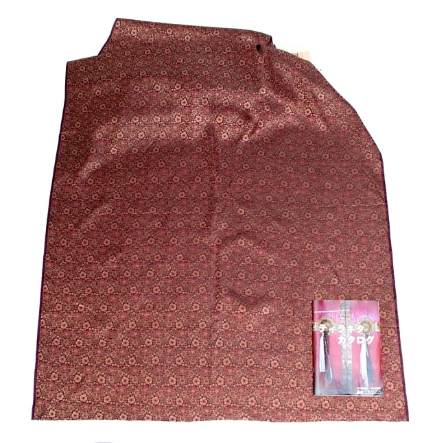 〔1m切り売り〕インドの伝統模様布〔114cm〕 - あずきの写真6 - 布を広げてみたところです。横幅もしっかり大きなサイズ。布の上に置かれているのはサイズ比較用の当店A4サイズカタログです。