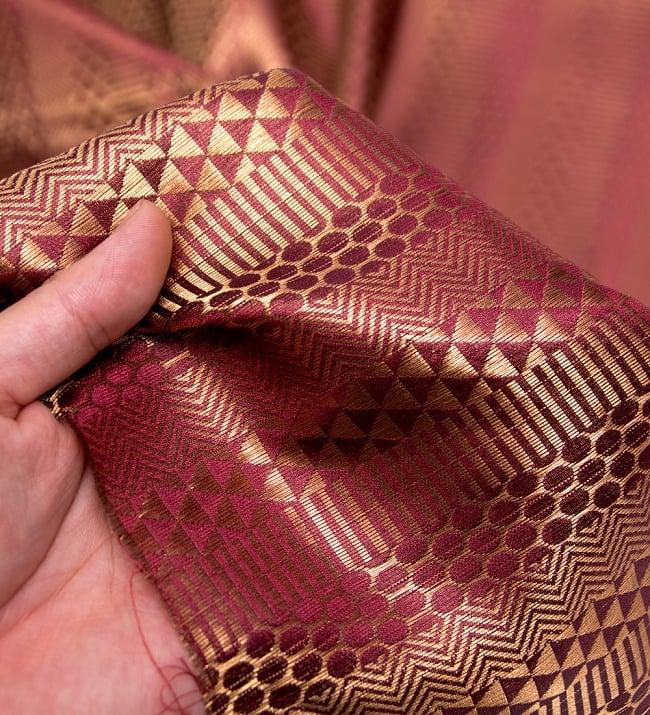 〔1m切り売り〕インドの伝統模様布〔116cm〕 - あずきとゴールドの写真5 - このような感じの生地になります。手芸からデコレーション用の布などなど、色々な用途にご使用いただけます!