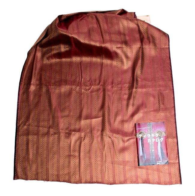〔1m切り売り〕インドの伝統模様布〔116cm〕 - あずきとゴールドの写真6 - 布を広げてみたところです。横幅もしっかり大きなサイズ。布の上に置かれているのはサイズ比較用の当店A4サイズカタログです。