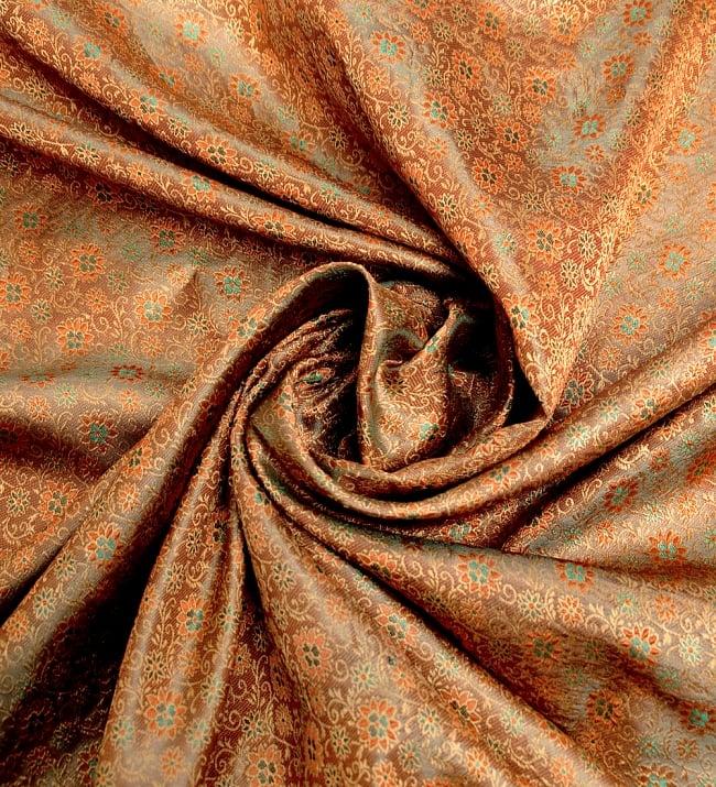 〔1m切り売り〕インドの伝統模様布〔115cm〕 - 茶色の写真3 - 布をくるりと渦のようにしてみたところです。