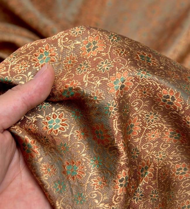 〔1m切り売り〕インドの伝統模様布〔115cm〕 - 茶色の写真5 - このような感じの生地になります。手芸からデコレーション用の布などなど、色々な用途にご使用いただけます!