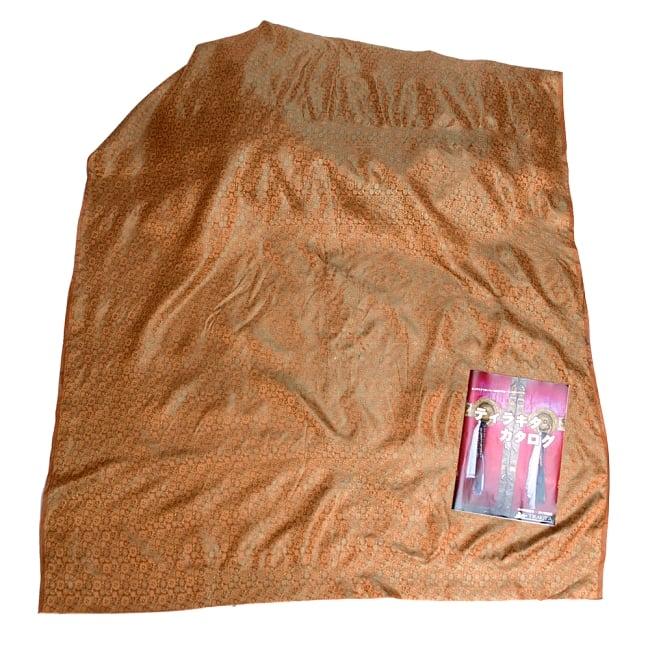 〔1m切り売り〕インドの伝統模様布〔115cm〕 - 茶色の写真6 - 布を広げてみたところです。横幅もしっかり大きなサイズ。布の上に置かれているのはサイズ比較用の当店A4サイズカタログです。