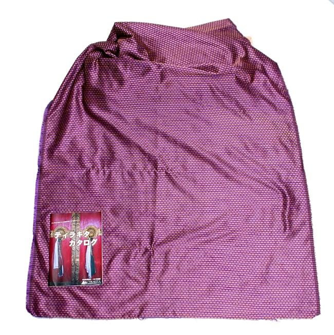 〔1m切り売り〕インドの伝統模様布〔112cm〕 - パープルの写真6 - 布を広げてみたところです。横幅もしっかり大きなサイズ。布の上に置かれているのはサイズ比較用の当店A4サイズカタログです。