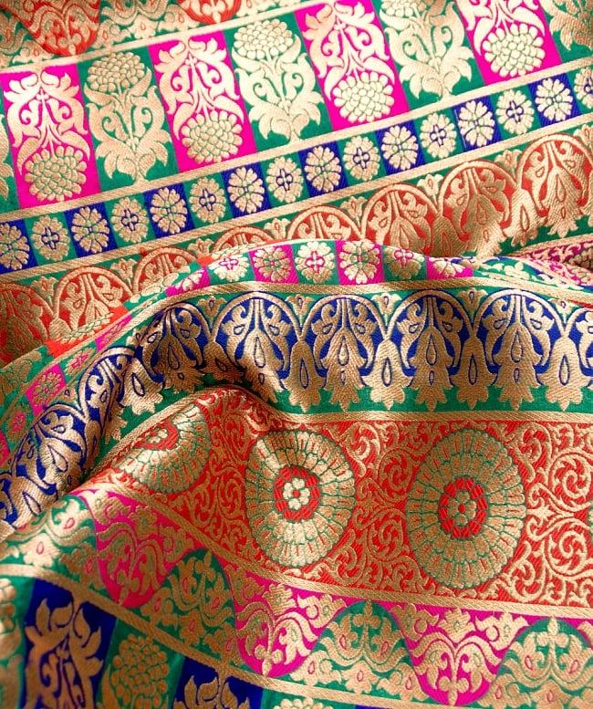 〔1m切り売り〕インドのゴージャス刺繍伝統模様布〔109cm〕 - 緑×青×赤×ピンク系 2 - 拡大写真です。独特な雰囲気があります。