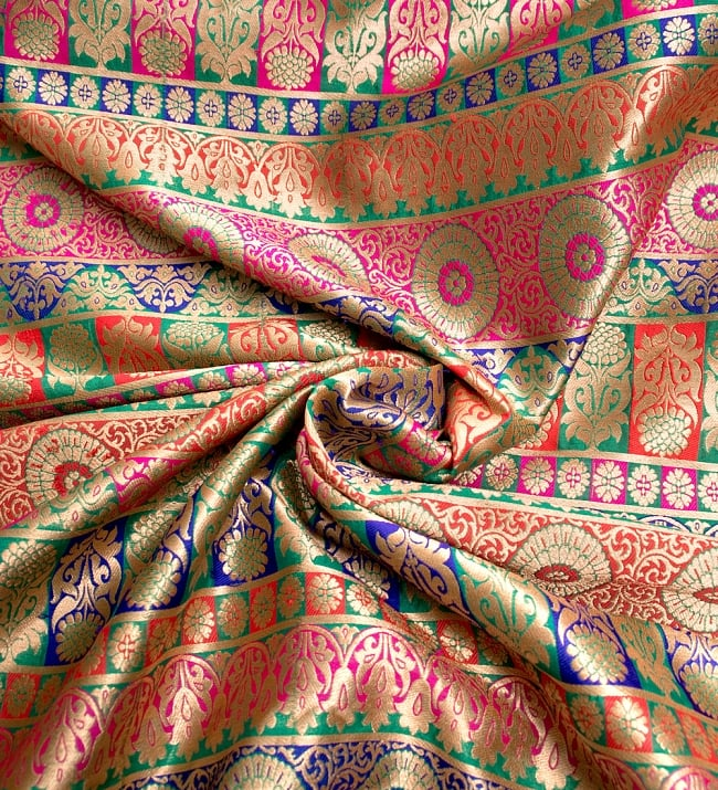 〔1m切り売り〕インドのゴージャス刺繍伝統模様布〔109cm〕 - 緑×青×赤×ピンク系 3 - 布をくるりと渦のようにしてみたところです。