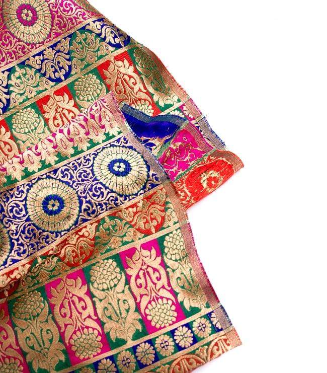〔1m切り売り〕インドのゴージャス刺繍伝統模様布〔109cm〕 - 緑×青×赤×ピンク系 4 - フチの写真です