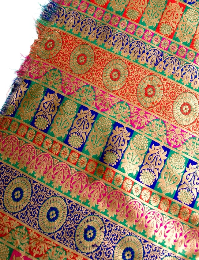 〔1m切り売り〕インドのゴージャス刺繍伝統模様布〔109cm〕 - 緑×青×赤×ピンク系の写真