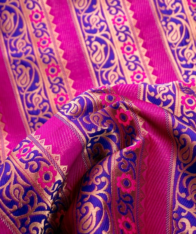 〔1m切り売り〕インドのゴージャス刺繍伝統模様布〔114cm〕 - 紫×ピンク系 2 - 拡大写真です。独特な雰囲気があります。