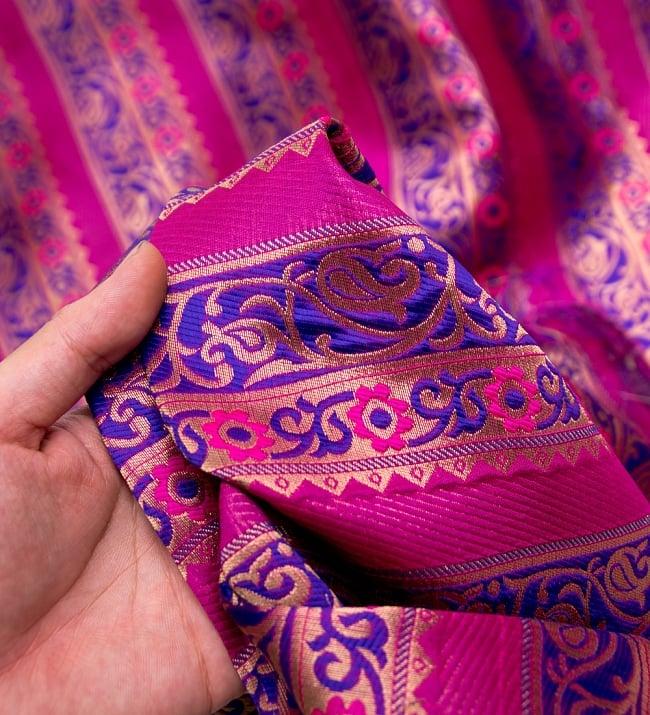 〔1m切り売り〕インドのゴージャス刺繍伝統模様布〔114cm〕 - 紫×ピンク系の写真5 - このような感じの生地になります。手芸からデコレーション用の布などなど、色々な用途にご使用いただけます!