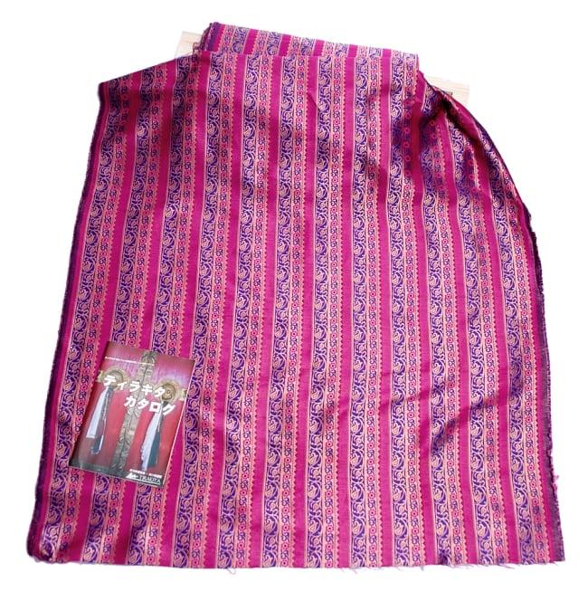 〔1m切り売り〕インドのゴージャス刺繍伝統模様布〔114cm〕 - 紫×ピンク系の写真6 - 布を広げてみたところです。横幅もしっかり大きなサイズ。布の上に置かれているのはサイズ比較用の当店A4サイズカタログです。