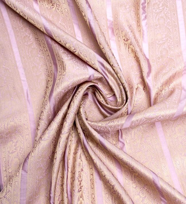〔1m切り売り〕インドの伝統模様布〔102cm〕 - 薄ピンク系の写真3 - 布をくるりと渦のようにしてみたところです。