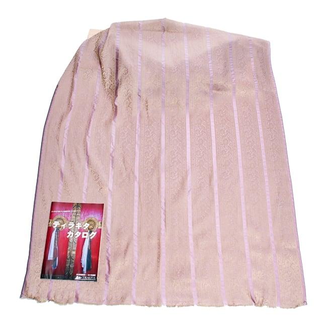 〔1m切り売り〕インドの伝統模様布〔102cm〕 - 薄ピンク系 6 - 布を広げてみたところです。横幅もしっかり大きなサイズ。布の上に置かれているのはサイズ比較用の当店A4サイズカタログです。