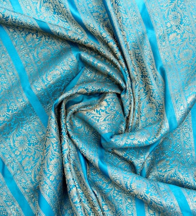 〔1m切り売り〕インドの伝統模様布〔110cm〕 - 水色系の写真3 - 布をくるりと渦のようにしてみたところです。