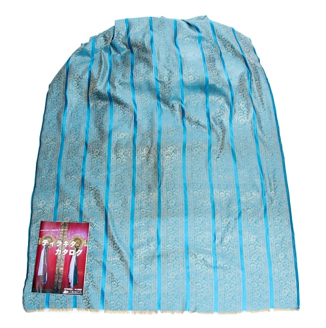 〔1m切り売り〕インドの伝統模様布〔110cm〕 - 水色系の写真6 - 布を広げてみたところです。横幅もしっかり大きなサイズ。布の上に置かれているのはサイズ比較用の当店A4サイズカタログです。
