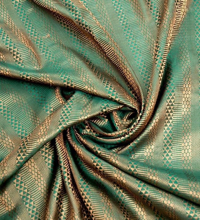 〔1m切り売り〕インドの伝統模様布〔112cm〕 - 緑×ゴールド系の写真3 - 布をくるりと渦のようにしてみたところです。