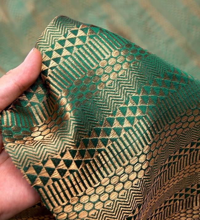 〔1m切り売り〕インドの伝統模様布〔112cm〕 - 緑×ゴールド系の写真5 - このような感じの生地になります。手芸からデコレーション用の布などなど、色々な用途にご使用いただけます!