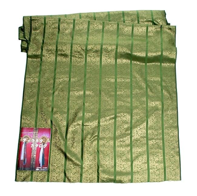 〔1m切り売り〕インドの伝統模様布〔111cm〕 - 緑系の写真6 - 布を広げてみたところです。横幅もしっかり大きなサイズ。布の上に置かれているのはサイズ比較用の当店A4サイズカタログです。