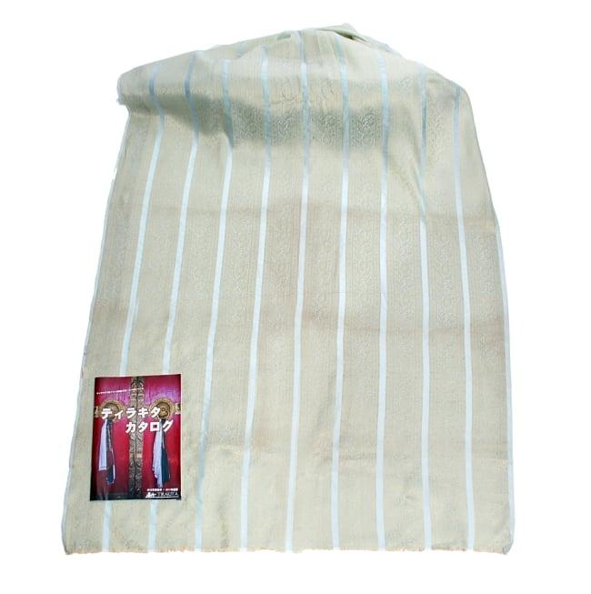 〔1m切り売り〕インドの伝統模様布〔104cm〕 - ミント系の写真6 - 布を広げてみたところです。横幅もしっかり大きなサイズ。布の上に置かれているのはサイズ比較用の当店A4サイズカタログです。