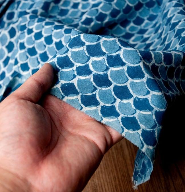 〔90cm切り売り〕インディゴブルーの伝統泥染め布 - 波柄〔幅約113cm〕 6 - 他にはない手作りの質感を感じていただけるかと思います
