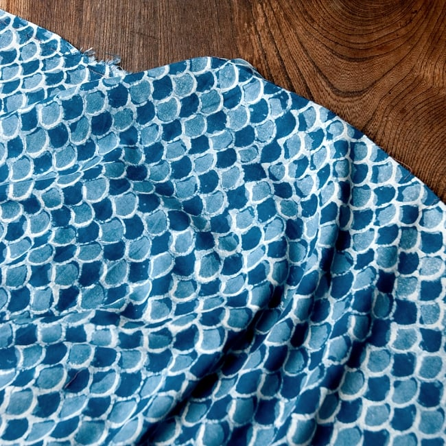 〔90cm切り売り〕インディゴブルーの伝統泥染め布 - 波柄〔幅約113cm〕の写真