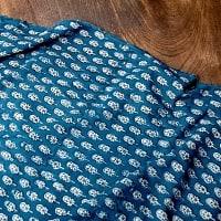 〔90cm切り売り〕インディゴブルーの伝統泥染め布 - ボタニカル柄〔幅約108cm〕