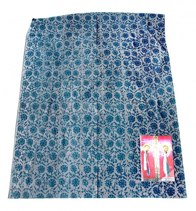 〔90cm切り売り〕インディゴブルーの伝統泥染め布 -  更紗柄〔幅約111cm〕 2 - 横幅もしっかり大きなサイズ。右下にあるのはサイズ比較用の当店A4サイズカタログです。