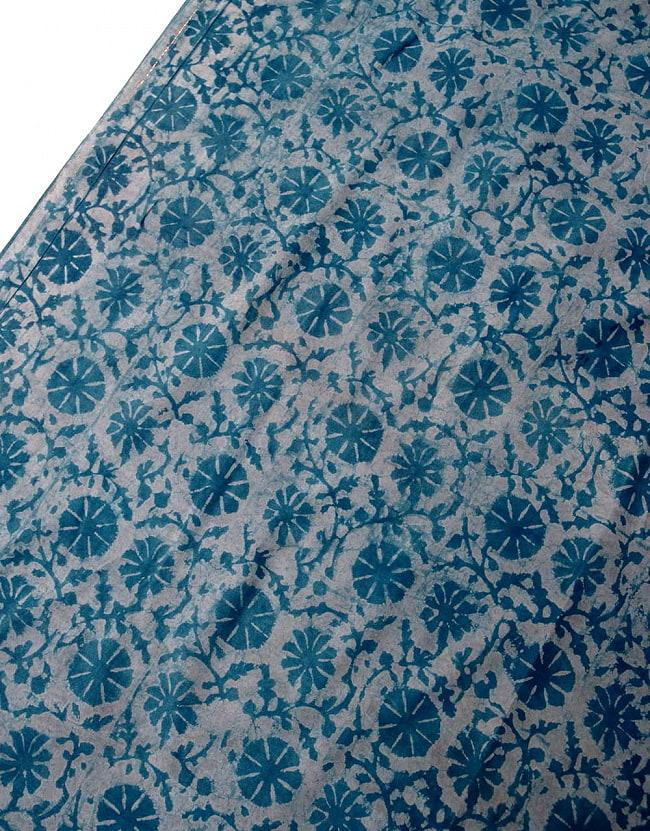 〔90cm切り売り〕インディゴブルーの伝統泥染め布 -  更紗柄〔幅約111cm〕 3 - 拡大写真です。ハンドメイドだからこその雰囲気があります。