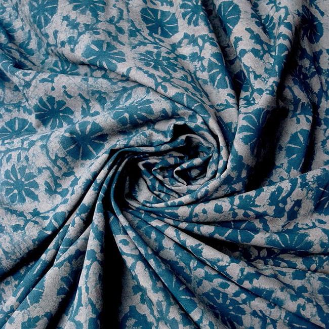〔90cm切り売り〕インディゴブルーの伝統泥染め布 -  更紗柄〔幅約111cm〕の写真4 - 手芸などさまざまな用途へご使用いただけます