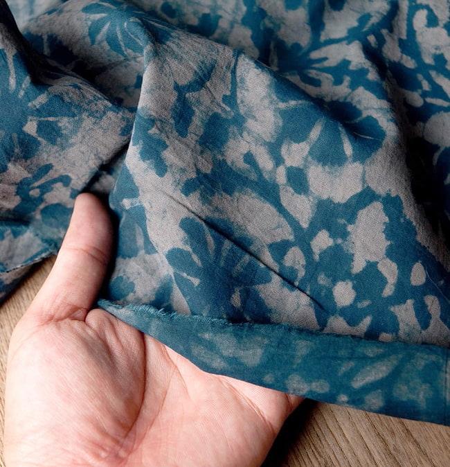 〔90cm切り売り〕インディゴブルーの伝統泥染め布 -  更紗柄〔幅約111cm〕 6 - 他にはない手作りの質感を感じていただけるかと思います