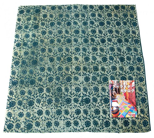 〔80cm切り売り〕インディゴとナスパルの伝統泥染め布 -  更紗柄〔幅約111cm〕 2 - 横幅もしっかり大きなサイズ。右下にあるのはサイズ比較用の当店A4サイズカタログです。