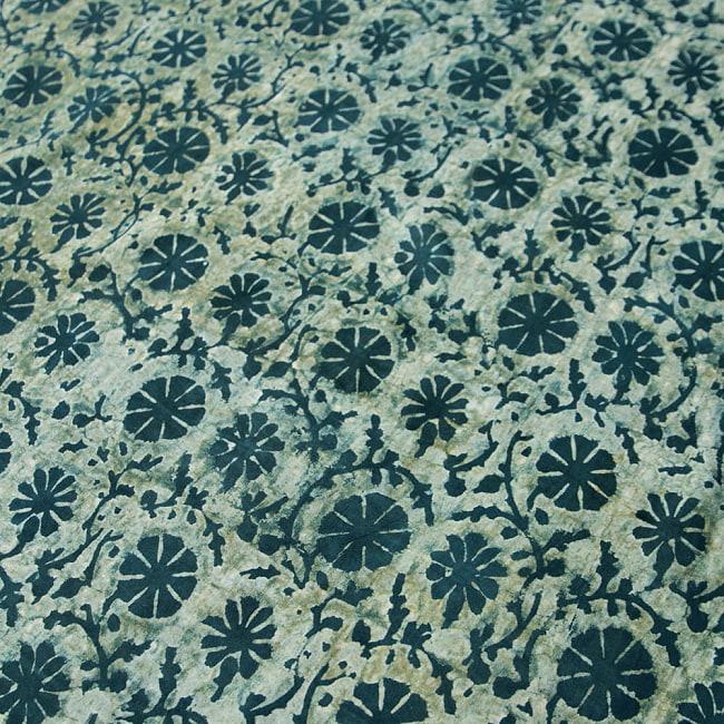 〔80cm切り売り〕インディゴとナスパルの伝統泥染め布 -  更紗柄〔幅約111cm〕 3 - 拡大写真です。ハンドメイドだからこその雰囲気があります。