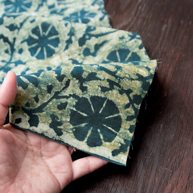 〔80cm切り売り〕インディゴとナスパルの伝統泥染め布 -  更紗柄〔幅約111cm〕 6 - 他にはない手作りの質感を感じていただけるかと思います