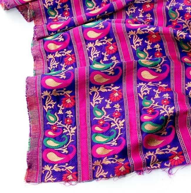 〔1m切り売り〕インドのゴージャス刺繍伝統模様布〔113cm〕 - パープル系の写真2 - 拡大写真です。独特な雰囲気があります。