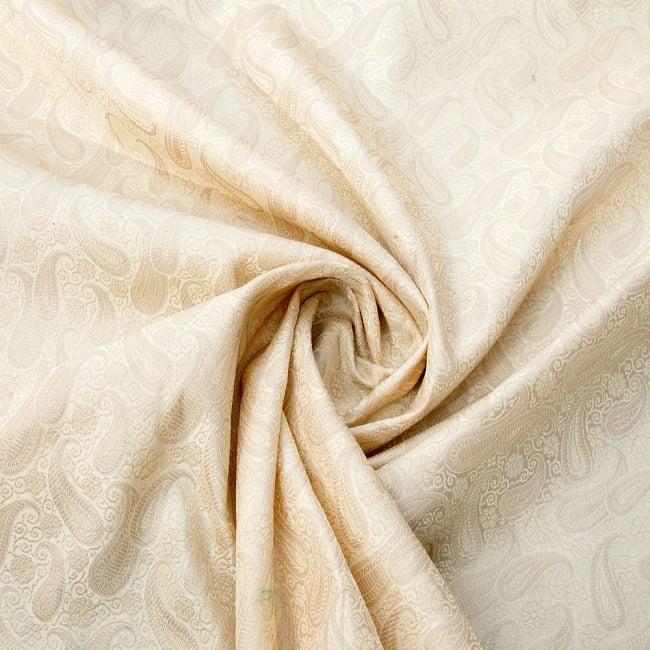 〔1m切り売り〕インドの伝統模様布〔111cm〕 - シャンパンゴールドの写真3 - 布をくるりと渦のようにしてみたところです。