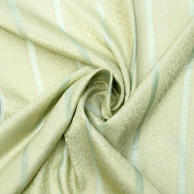 〔1m切り売り〕インドの伝統模様布〔105cm〕 - 薄緑系の写真3 - 布をくるりと渦のようにしてみたところです。