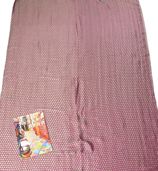 〔1m切り売り〕インドの伝統模様布 ピンク地に花模様〔幅約112cm〕 7 - A4冊子と比較撮影しました。これくらいのサイズ感になります。