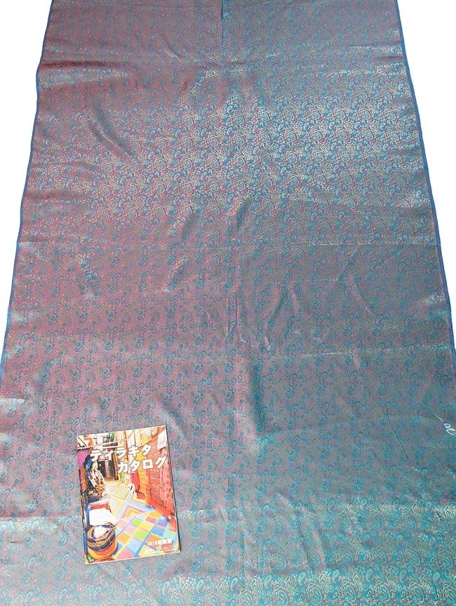 〔1m切り売り〕インドの伝統模様布 ピンク&水色〔幅約113cm〕 7 - A4冊子と比較撮影しました。これくらいのサイズ感になります。