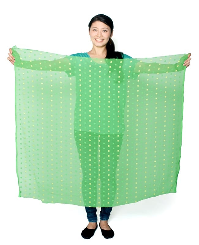 〔1m切り売り〕メッシュ生地の刺繍とスパンコールクロス〔幅約105cm〕 - ピンク 7 - 類似サイズ品の『【MB-RSCLTH-323】〔1m切り売り〕金糸コイン柄のシフォン生地布〔幅約111cm〕 - 緑』を、1mカットしてみたところです。横幅も大きい布なので、ご覧の通り大きく色々な用途に使えそうです。ご注文個数に応じた長さにカットしてお送りいたします。