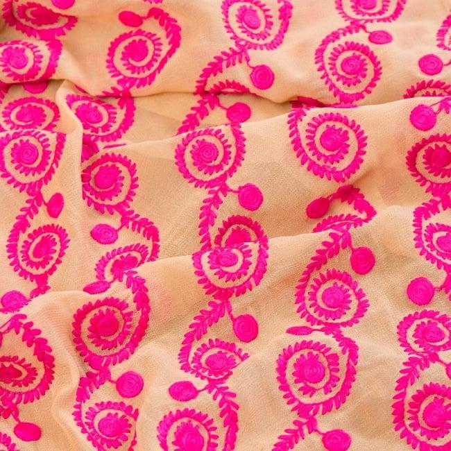 〔1m切り売り〕ラジャスタンの更紗模様刺繍布〔幅:約102cm〕 3 - 拡大写真です
