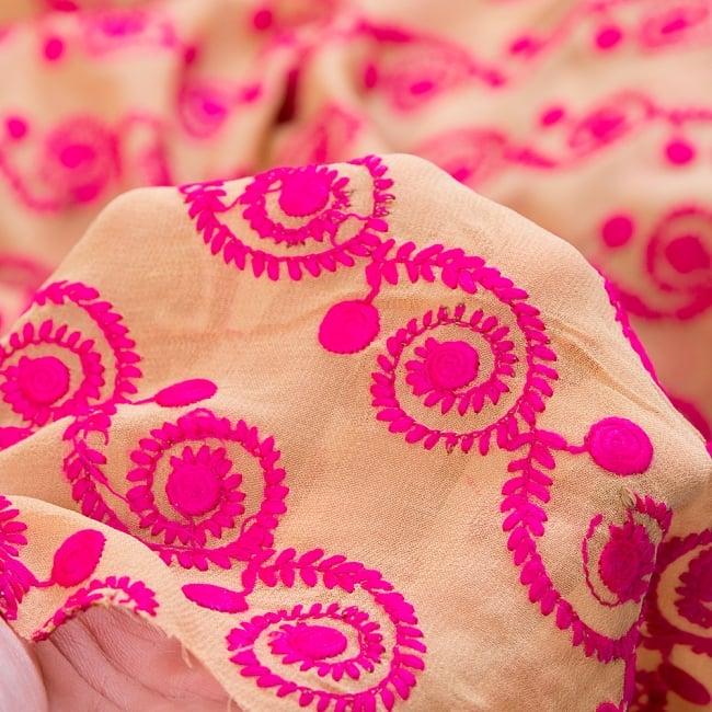 〔1m切り売り〕ラジャスタンの更紗模様刺繍布〔幅:約102cm〕 6 - 生地の拡大です