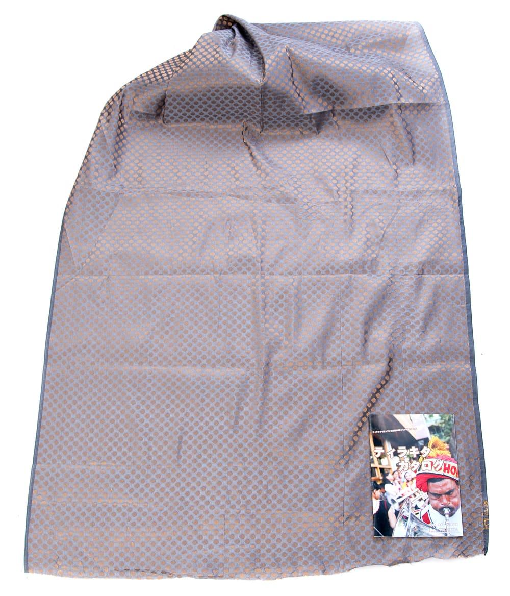 〔1m切り売り〕インドの伝統模様布〔幅約108cm〕 - グレー 2 - 布を広げてみたところです。横幅もしっかり大きなサイズ。布の上に置かれているのはサイズ比較用の当店A4サイズカタログです。